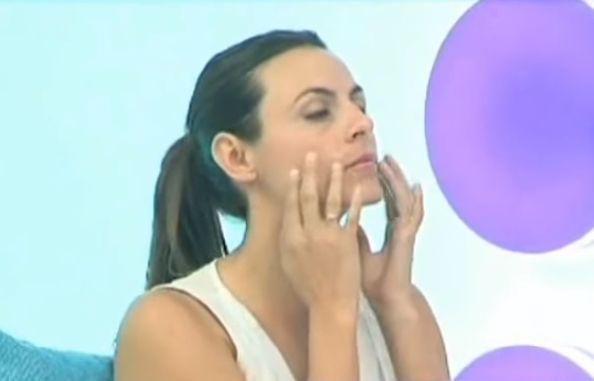Como aplicar serum facial en los contornos del rostro