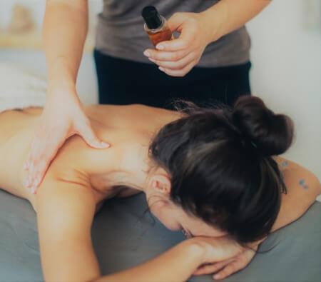Masaje con aceite esencial - Aromaterapia beneficios