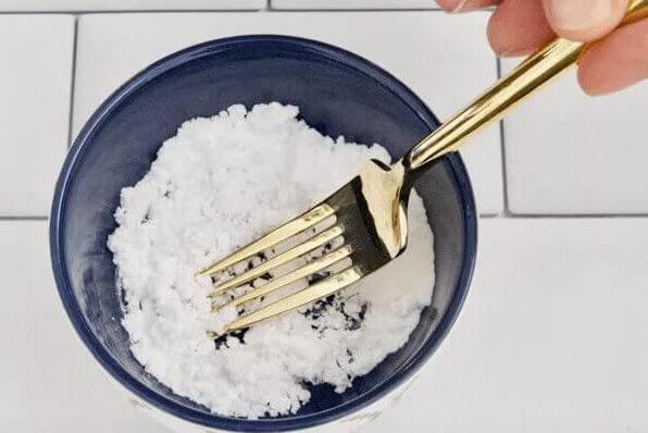 cuenco con bicarbonato - Blanqueamiento dental casero