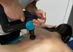 Theragun PRO - Terapia percusión lumbar